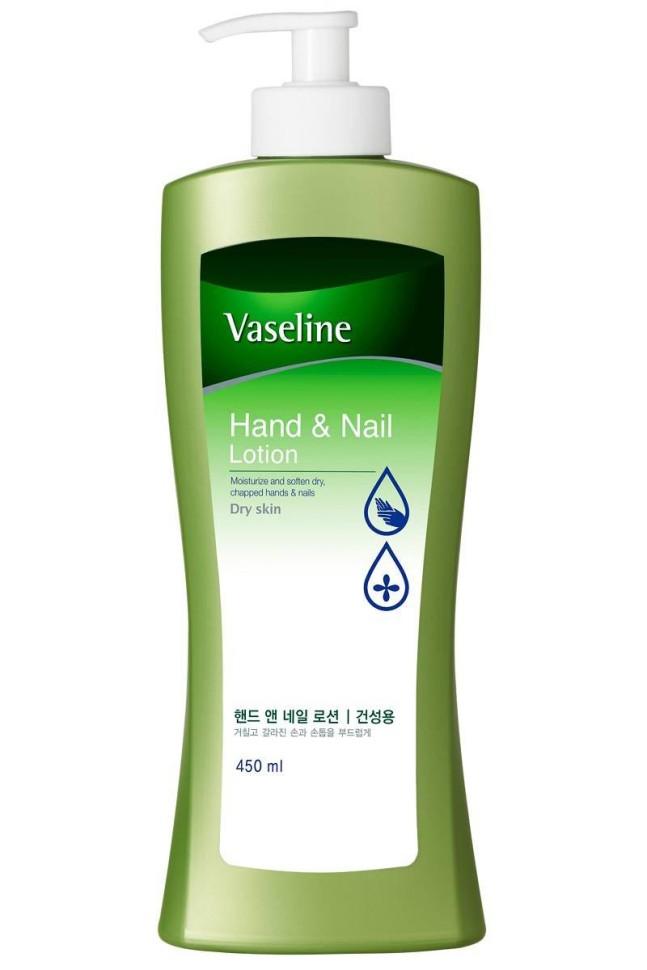 KeraSys Лосьон для рук и ногтейKeraSys<br>Лосьон для рук и ногтей<br>Vaseline Hand &amp;amp; Nail LotionДля сухой и шелушащейся кожи рук, секущихся и ослабленных ногтейМед и экстракт айвы эффективно увлажняют;<br>Витамин Е защищает и питает кожу;<br>Комплекс аминокислот и кератина питает кожу рук и ногти, препятствует преждевременному старению;<br>Легко и быстро впитывается, не оставляет жирной и липкой пленки на коже;<br>Укрепляет ногти, способствует формированию гладкой и блестящей поверхности ногтя.Объем: 450мл<br><br>Вес г: 500<br>Бренд: KeraSys<br>Объем мл: 450<br>Средство для рук: лосьон<br>Страна производитель: Корея
