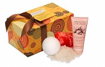 Кафе Красоты набор подарочный Ла Манш (соль для ванны+мыло+бурлящий шар+крем для рук)Подарочный набор Кафе Красоты станет приятным и полезным презентом, который окажет необходимый уход за кожей и будет радовать неповторимыми ароматами.  В состав набора Ла Манш входят:   - Твердое глицериновое мыло ручной работы,  - Бурлящий шар для ванны,  - Соль для ванн  -Увлажняющий крем для рук  Активные ингридиенты:  - масло виноградной косточки  - масло кокоса  - масло жожоба  Способ применения:  Твердое глицериновое мыло ручной работы «Кафе Красоты» 100 гр.  Использование: как обычное мыло.  Соль для ванны «Кафе Красоты» 200 гр.  Способ применения: растворите 100 гр. соли в ванной, в воде при 36-38° С.  Бурлящий Шар для ванны «Кафе Красоты» 110 гр.  Способ применения: опустите шар в теплую воду, дождитесь полного растворения, принимайте ванну при температуре 37-38° С в течение 10 минут.  Состав:   Твердое глицериновое мыло ручной работы «Кафе Красоты» 100 гр. Состав INCI: Glycerin, Sorbitol, Aqua, Propylene Glycol, Aloe Vera Gel (Гель Алое), Sodium Stearate, Stearic Acid, Lauric Acid, Sodium Laureth Sulfate, Cocos nucifera oil (масло кокоса), Perfume, Simmonsia chinensis oil (масло Жожоба), CI 77891, CI 77015. Соль для ванны «Кафе Красоты» 200 гр. Состав INCI: Maris Sal, Vitis Vinifera oil (масло Виноградной косточки), Perfume, Aloe Vera extract (экстракт Алое Вера). Бурлящий Шар для ванны «Кафе Красоты» 110 гр. Состав INCI: Sodium bicarbonate, Citric Acid, Simmondsia Chinensis oil (масло Жожоба), Aloe Vera extract (экстракт Алое Вера), Aqua, Perfume, CI 75300. Крем для рук «Кафе Красоты» 75 мл. Состав INCI: Aqua, Prunus amygdalus dulcis oil (масло Миндаля), Glycerin, Glyceryl Monostearate, Caprylic/ capric triglycerides, Glyceryl stearate, Cetearyl Alcohol, Sunflower Oleic Oil (масло Подсолнуха), Xanthan Gum, D-panthenol (Провитамин В5), Perfume, Citric Acid, Benzoic Acid, Sorbic Acid, Dehydroacetic Acid, Benzyl alcohol.<br><br>Вес г: 450<br>Бренд : Кафе Красоты<br>Страна пр