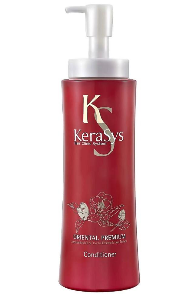 KeraSys Кондиционер для волос Oriental (600 мл)KeraSys<br>Чтобы обеспечить красоту и здоровье волос, регулярного мытья даже с использованием высококачественного шампуня не достаточно. KeraSys Oriental Premium – уникальный кондиционер с натуральным составом, способный сделать ваши волосы упругими, эластичными и шелковистыми. Известный корейский бренд KeraSys в очередной раз удивляет своих поклонниц, воплощая в кондиционере Oriental Premium все наилучшие свойства, которыми должны обладать натуральная и высокоэффективная косметика.  Кондиционер для волос KeraSys Oriental Premium, отзывы о котором подтверждают его популярность и востребованность на рынке стран СНГ, содержит в своем составе масло камелии, обладающее уникальными свойствами:  натуральное растительное масло способно проникать глубоко внутрь локонов, укрепляя волосяные луковицы и восстанавливая кутикулу;  благодаря регулярному использованию кондиционера для ухода за волосами Oriental Premium масло камелии обеспечивает устранение ломкости и сухости локонов;  целебное масло обладает кондиционирующим и разглаживающим действием, надежно защищает волосы от негативного воздействия ультрафиолетовых лучей.  Положительные отзывы о KeraSys Oriental Premium обусловлены использованием в составе кондиционера экстрактов шести чудодейственных трав Востока. Так, косметическое средство для ухода за волосами содержит экстракт женьшеня, орхидеи, жгун-корня, ангелики, листьев камелии и граната.  Отзывы специалистов о кондиционере Oriental Premium от корейского производителя KeraSys подтверждают, что регулярное его использование обеспечивает несомненную пользу сухим поврежденным локонам, ослабленным из-за длительного пребывания на солнце, неправильного ухода, химических завивок, многократных окрашиваний и т.д.  Решив купить продукцию известного корейского бренда KeraSys, вы сможете лично оценить все преимущества использования кондиционера Oriental Premium. Тестирования, проводимые лучшими специалистами дерматологической сферы СШ