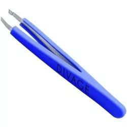 Divage Dolly Collection Пинцет для бровей (синий)Divage<br>Пинцет со скошенными кончиками предназначен для коррекции формы бровей. <br>Пинцет изготовлен из нержавеющей стали и подлежит особой заточке. <br>Идеально прилегающие заточенные кончики пинцета максимально плотно <br>захватывают и удаляют самые тонкие и короткие волоски. Не скользящая <br>силиконовая поверхность ручек делает его более удобными в использовании,<br> а толщина стали, из которой изготовлен пинцет, не дает прогибаться <br>рабочим поверхностям.<br>Корректируй брови после принятия ванны или душа. Поры под воздействием <br>пара расширяются, и волоски удаляются легко и безболезненно. Чтобы <br>процедура была менее болезненная можно протереть брови кубиком льда. <br>Выдергивай волоски по направлению  роста волос. Не обрывай волоски, а <br>плавно их вытягивай.<br><br>Вес г: 30<br>Бренд : Divage<br>Страна производитель : Россия