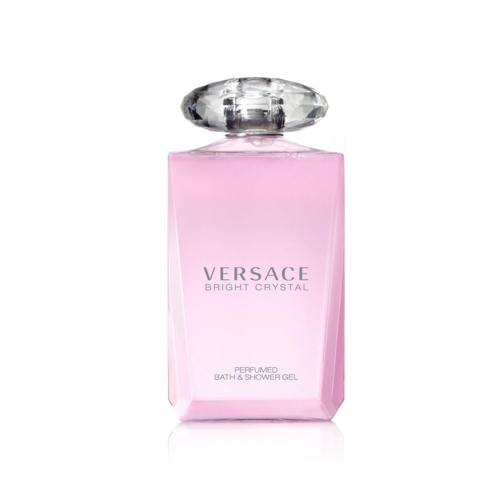 Versace Bright Crystal Гель для душа 200 млVersace<br>Versace представляет аромат Bright Crystal, явление редкой красоты с оттенками свежих, вибрирующих, цветочных нот. Всепоглощающая страсть, кристальная прозрачность, яркое великолепие. Манящий и роскошный аромат для женщины Versace, сильной и уверенной, и в то же время очень женственной и чувственной, и всегда эффектной.<br>Мнение эксперта:<br>Я хотела создать композицию в духе ароматов, которые люблю, - свежую, цветочную, соблазнительную. Аромат Bright Crystal - симфония свежих и цветочных нот, флакон - вершина неприходящей элегантности. Донателла Версаче<br>Особенности состава:<br>Цветочный фруктовый мускусный<br>Состав:<br>дистиллированная вода, лаурельсульфат натрия, полисорбат 20, ароматическая композиция, кокамидопропил бетаин, PEG-150 дистеарат, этилгесилметоксинамат, бутил метоксидибензолметан, этилгексилсалицилат, кокамиде DEA, лаурель саркозинат натрия, двунатриевый кокоамфодиацитат, лимонная кислота, двунатриевый этилендиаминтетраацетат, феноксиэтанол, изо-пропилпарабен, изо-бутилпарабен, бутилпарабен, CI 17200 (красный 33), бутилфенилметил-пропиналь, цитронелол<br><br>Вес г: 325<br>Бренд : Versace<br>Объем мл: 200<br>Страна производитель : Италия