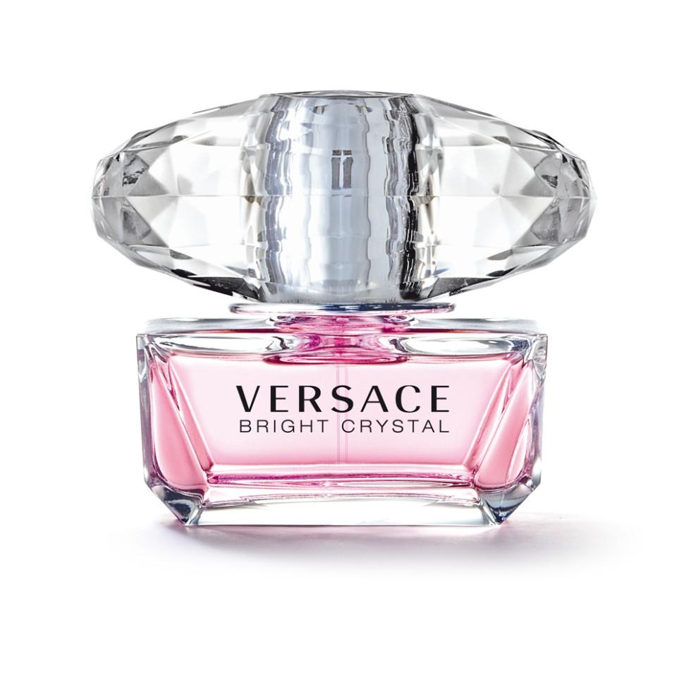 Versace Bright Crystal Туалетная вода спрей 50 млVersace<br>Versace представляет аромат Bright Crystal, явление редкой красоты с оттенками свежих, вибрирующих, цветочных нот. Всепоглощающая страсть, кристальная прозрачность, яркое великолепие. Манящий и роскошный аромат для женщины Versace, сильной и уверенной, и в то же время очень женственной и чувственной, и всегда эффектной.<br>Мнение эксперта:<br>Я хотела создать композицию в духе ароматов, которые люблю, - свежую, цветочную, соблазнительную. Аромат Bright Crystal - симфония свежих и цветочных нот, флакон - вершина неприходящей элегантности. Донателла Версаче<br>Особенности состава:<br>Цветочный фруктовый мускусный<br>Состав:<br>ароматическая композиция, дистиллированная вода, этиловый спирт, этилгесилметоксинамат, бутилметоксидибензолметан, этилгексилсалицилат, бутилфенилметилпропиналь, цитранелол, гераниол, лираль, линалул, CI 17200 (D&amp;amp;C красный 33), CI 15985 (FD&amp;amp;C желтый 6)<br><br>Вес г: 329<br>Бренд : Versace<br>Объем мл: 50<br>Возраст : 14+<br>Страна производитель : Италия<br>Вид Аромата : Цветочный, фруктовый, мускусный<br>Шлейф : Красное дерево, Мускус, Амбра<br>Верхняя Нота : Гранат, Юзу, Ледяной аккорд<br>Верхняя Нота : Гранат, Юзу, Ледяной аккорд