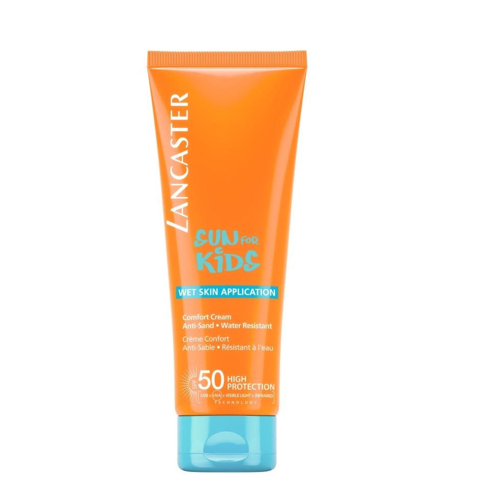 Lancaster Sun Kids Солнцезащитный водостойкий крем-комфорт SPF50 для детей 125 млLancaster<br>Вуаль , легко впитывается.Это средство не смывается при купании и не стирается о песок-гипоаллергенно-протестировано дерматологами и педиатрами-подходит для чувствительной кожи-водо и потоустойчивыйСпособ применения:Нанесение спрея занимает всего несколько секунд и не оставляет пятен. Достаточно просто распылить его на коже, в том числе влажной, и получить надежную защиту от солнца и приятную освежающую прохладу.<br>Состав:НЕ содержит комплекса активации загара NEW Система нанесения на влажную кожу WET SKIN APLICATION<br>Эксклюзивная ИНФРАКРАСНАЯ защита** благодаря уникальной системе двойного действия: Отражает и нейтрализует IR-лучи благодаря 3 физическим фильтрам (рубиновой пудре, диоксиду титана, перламутровому пигменту) Нейтрализует свободные радикалы, образованные UV-лучами с помощью эксклюзивного антиоксидантного комплекса* и IR-лучами с помощью мощных антиоксидантов(витамина Е и производного витамина С)Пантенол Глицерин Масло бабассу Система «нет больше слез»<br><br>Вес г: 292<br>Бренд : Lancaster<br>Объем мл: 125<br>Фактор SPF : 50<br>Тип средства : крем<br>Назначение : для детей<br>Возраст : с 3 лет<br>Страна производитель : МОНАКО