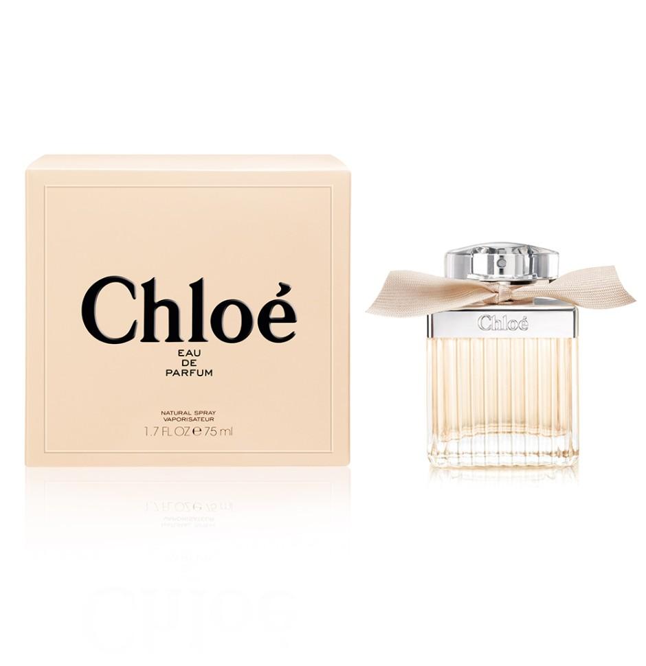 Chloe Signature Парфюмерная вода 75 млChloe<br>Руководство по выбору:<br>Дневной и вечерний аромат<br>Описание:<br>Изысканность парфюмерной воды Chloe - неотъемлемый признак элегантности. Аромат вобрал в себя лучшие ноты своих предшественниц, но с начала звучания первых же собственных нот его выделяет особенная свежесть. Как и во всех вариациях ароматов Chloe, основой композиции является роза, но теперь она раскрывается с новой стороны, звучит легче и мягче, нежели когда-либо. Парфюмер Мишель Альмайрак (Michel Almairac) (Robertet), создатель парфюмерной воды Chloe и последующих ее вариаций - изобрел этот свежий, мускусный, цветочный аромат совместно с Сидони Лансессер (Sidonie Lancesseur). В центре внимания композиции - чистая роза, вокруг которой авторы, словно флористы, собрали чудесный букет. Вначале они добавили бергамот, пробуждая наше любопытство. Затем - цветки магнолии и гардении. Свежее благоухание с едва уловимой ноткой лимона обрамляет букет белых роз. Розовые бутоны, покрытые утренней росой, тонут в аромате белых лепестков, смягченных пуховым мускусом. Оказавшись на коже, Chloe источает<br>Особенности состава:<br>Роза Chloe Signature, с бархатистым сердцем из цветочных нот магнолии и лилии делает аромат уникальным<br>Мнение эксперта:<br>Калейдоскоп новой розы - свежей, женственной и сексуальной. парфюмер Амандин Мари<br>Состав:<br>Alcohol Denat., Aqua (Water), Parfum (Fragrance)<br><br>Вес г: 118<br>Бренд : Chloe<br>Объем мл: 75<br>Возраст : 20+<br>Страна производитель : Франция<br>Вид Аромата : Цветочный<br>Шлейф : Амбра<br>Верхняя Нота : Роза<br>Верхняя Нота : Роза