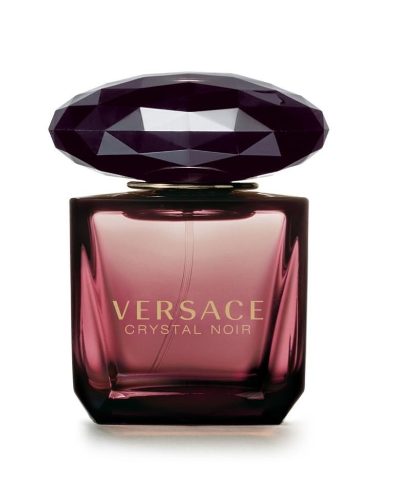 Versace Crystal Noir Туалетная вода 30 млVersace<br>Это магический аромат: неземной и одновременно чувственный. Дорогой, изысканный и стойкий, завораживающий вечной женственностью цветочных и восточных нот. Аромат, достойный красной ковровой дорожки, многогранный как бриллиант, чувственный и завораживающий, смелый и в то же время гармоничный. Уникальный аромат, вдохновленный виртуозностью и креативностью дома Versace и его современной интерпретацией роскоши.<br>Мнение эксперта:<br>По моему убеждению, в основе женского аромата всегда должны лежать цветочные ноты. Для Crystal Noir я выбрала гардению, которую обожаю за ее нежный, благоухающий аромат. Добавив к нему теплый насыщенный запах амбры, мы достигли замечательной контрастности, отражающей некую двойственность женской натуры: она нежная и чувственная, вполне земная и небесно возвышенная. Донателла Версаче<br>Особенности состава:<br>Цветочный восточный<br>Состав:<br>ароматическая композиция, дистиллированная вода, бутилфенилметилпропиналь, гидроксизогексил 3, альфа-изометиллонон, бензилсалицилат, бензилбензоат, гераниол, кумарин, лионен, цитранелол, изовегенол, линалул,этиловый спирт<br><br>Вес г: 174<br>Бренд : Versace<br>Объем мл: 30<br>Возраст : 14+<br>Страна производитель : Италия<br>Вид Аромата : Цветочный, восточный<br>Шлейф : Амбра, Сандаловое дерево, Мускус<br>Верхняя Нота : Кардамон, Перец, Имбирь<br>Верхняя Нота : Кардамон, Перец, Имбирь