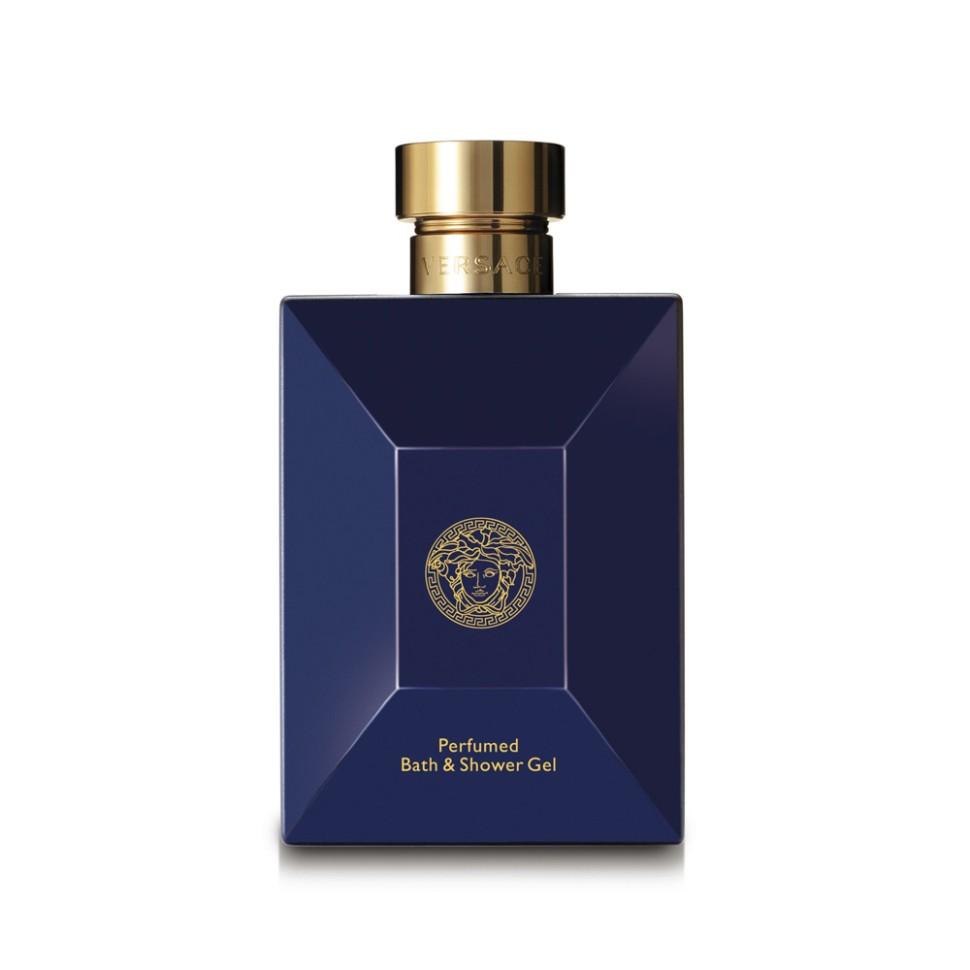 Versace Dylan Blue Гель для душа 250 млVersace<br>Dylan Blue - это воплощение современного мужчины Versace. Этот аромат с ярким индивидуальным характером пронизан мужественностью и харизмой. Мне нравится, как традиционные ноты звучат в нём по-новому, современно, свежо и актуально на все времена. Донателла Версаче<br>Особенности состава:<br>Древесный ароматический фужерный<br>Состав:<br>дистиллированная вода, лаурет сульфат натрия, ароматическая композиция, PEG-7 глицерил кокоат, PEG-200 гидрированный глицерил пальмат, глицерин, кокобетаин, феноксиэтанол, бетаин, хлорид натрия, двунатриевый EDTA, аллантоин, лимонная кислота, этилгексилглицерин<br><br>Вес г: 383<br>Бренд : Versace<br>Объем мл: 250<br>Страна производитель : Италия