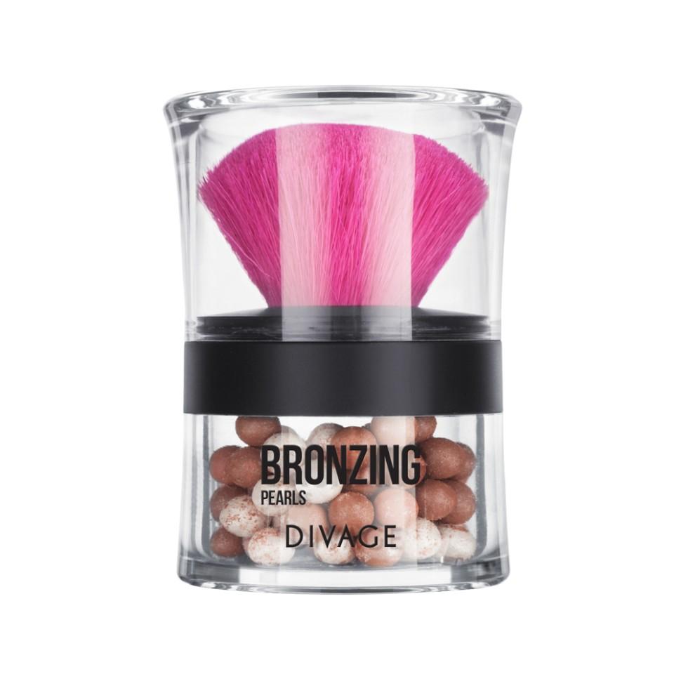 Divage Пудра-бронзатор в шариках Bronzing PearlsDivage<br>4-х цветный бронзатор в шариках BRONZING PEARLS от DIVAGE содержит светоотражающие частицы.  Он придает коже свежесть, идеальный цвет и сияние. При помощи бронзатора, вы можете скрыть некоторые недостатки вашей кожи, замаскировать второй подбородок, высокие скулы и лоб, а также придать более здоровый и загорелый вид. Бронзатор имеет профессиональную кисть из натурального ворса, входящую в комплект. 2 натуральных оттенка для идеального тона твоего лица!Пудра просто незаменимый продукт в каждой косметичке! Советы от DIVAGE раскроют для тебя все грани этого продукта! Используй пудру не только для придания матовости коже лица, но и для завершения макияжа. Нанесение пудры последним этапом продлевает стойкость макияжа, поэтому лицо можно припудривать в течение всего дня. Перед нанесением пудры, сними излишки кожного жира с помощью салфетки, это поможет избежать эффекта маски. Матовая шелковистая кожа - это просто с DIVAGE!<br>Состав:<br>Состав: тальк, слюда, изостеарил неопентаноат, октилдодецил стеароил стеарат, CI 77891, сорбитол, вода, феноксиэтанол, бутилпарабен, метилпарабен, пропилпарабен, натрий-дегидроацетат, отдушка, ВНТ. Может содержать: оксид олова, CI 15850, CI 77491, CI 77492, CI 77499, CI 75470, CI 191140, CI 77742.<br><br>Вес г: 101<br>Бренд : Divage<br>Объем мл: 20<br>Эффект покрытия : оттенок загара<br>Тип пудры : бронзирующая, пудра в шариках<br>Зеркало : Нет<br>В комплекте : кисть<br>Страна производитель : Россия
