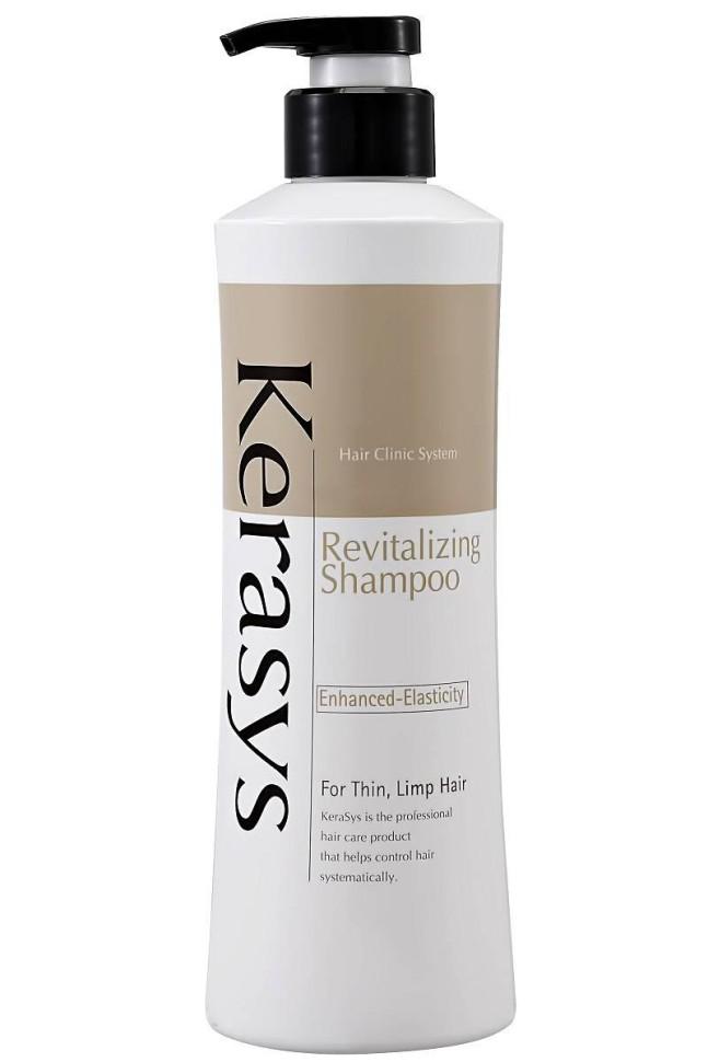 KeraSys Шампунь для волос Оздоравливающий для поврежденных химической завивкой и сухих волос (400 мл)KeraSys<br>Профессиональное оздоровление волос в домашних условиях вполне реально. Уникальная косметика известного корейского бренда позволяет в кратчайшие сроки справиться с проблемой сухости и ломкости прядей, уменьшить количество выпадающих волос и посеченных кончиков. Шампунь для волос оздоравливающий от KeraSys изготовлен на основе инновационной формулы, предназначенной для активного восстановления волос на клеточном уровне.  По отзывам потребителей об оздоравливающем шампуне для волос KeraSys, уже спустя несколько недель его регулярного применения, пряди стают шелковистыми и эластичными, значительно сокращается число посеченных кончиков, решается проблема выпадения волос и образования перхоти. Основными действующими компонентами KeraSys Revitalizing Shampoo, отзывы о котором способны внушить доверие, являются:  гидролизированный протеин, обеспечивающий максимальное увлажнение сухих и ломких волос;  натуральные экстракты альпийского эдельвейса, соцветий горной арники, корня желтой горечавки, тысячелетника и горькой полыни, являющиеся источником бесценных витаминов и минералов для ослабленных прядей.  По отзывам специалистов, косметический продукт для ухода за волосами является абсолютно безопасным и максимально эффективен в использовании. Он богат витаминами А и Е, а также восполняет недостачу белка в структуре волос.  Регулярное применение оздоравливающего шампуня делает волосы послушными, крепкими и эластичными.<br><br>Вес г: 450<br>Бренд: KeraSys<br>Объем мл: 400<br>Тип волос: сухие<br>Действие: для роста волос<br>Тип средства для волос: шампунь<br>Страна производитель: Корея