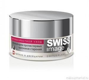 SWISS image 26+ Крем ночной для лица против первых признаков старенияSWISS image<br>Даже в ночное время необходимо ухаживать за кожей Вашего лица в любом возрасте. Множество косметических фирм могут предложить самые различные ночные кремы, на самый взыскательный вкус. Но важно подобрать наиболее оптимальный вариант ночного крема, который бы отвечал всем Вашим потребностям. Компания SWISS image предлагает Вашему вниманию ночной крем для лица против первых признаков старения 26+, который Вы можете купить в нашем интернет-магазине. В число разработок швейцарской лаборатории попала и новая марка косметики SWISS image, которая не только производится на основе натуральных компонентов природного происхождения, но и учитывает все потребности кожи. Предлагаемый ночной крем осуществляет полноценную заботу в течение всей ночи, обеспечивает восстановление кожи, избавление от последствий стресса или усталости. Состав крема и свойства компонентов Благодаря экстракту редких снежных водорослей, относящемуся к числу инновационных компонентов, обеспечивается разглаживание первых морщин и предупреждение их возникновения. Вместе с этим крем от компании Свисс Имейдж обладает способностью уменьшать уровень эластичности коллагеновых волокон, сохранение упругости и молодого вида кожи. При регулярном использовании усиливаются процессы кровообращения с питанием клеток в кожи, устранение тусклого цвета лица. Благодаря экстракту коры с африканской березы, происходит нейтрализация действия свободнорадикальных процессов и защита кожи от преждевременного старения. За повышение уровня влаги в кожном покрове с оптимальным уровнем питания с увлажнением отвечает комплекс натурального происхождения в формуле крема. Из состава восстанавливающего крема исключены парабены с полиэтиленгликолем. Снежные водоросли в виде экстракта способны: защищать и активизировать факторы долголетия в клеточных структурах; омолаживать и защищать кожный покров на уровне клеток; укреплять клетки вместе с их защитными механи