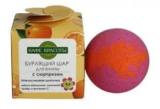 Кафе Красоты Шарик для ванны бурлящий с сюрпризом-игрушкой Апельсиновая шипучкаКафе красоты<br>Если вы любите понежить свое тело в расслабляющей<br> теплой ванне, порадуйте себя оригинальным сюрпризом. Возьмите с собой в<br> ванну бурлящий шар от Кафе красоты. В ассортименте бурлящие шары с <br>разнообразными наполнителями из натуральных масел и природных целебных <br>экстрактов и вытяжек. Натуральный бурлящий гейзер сделает ваше купание <br>незабываемым. Свойства: расслабляющее действие, благоприятно влияет на <br>кожу, источает приятный аромат, способствует созданию гармоничной <br>атмосферы умиротворения и релакса. Как известно, дети не всегда охотно <br>принимают ванну. Бурлящий шар – идеальное средство для того, чтобы <br>увлечь вашего малыша во время купания. Для принятия ванны необходимо <br>погрузить шар в теплую воду и подождать пока он полностью растворится.<br><br>Вес г: 120<br>Бренд : Кафе Красоты<br>Страна производитель : Россия