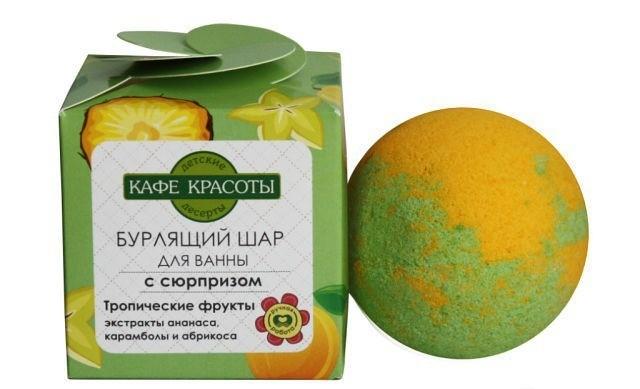 Кафе Красоты Шарик для ванны бурлящий с сюрпризом-игрушкой Тропические фруктыКафе красоты<br>Мы приготовили настоящее лакомство - Тропические фрукты. Натуральный экстракт ананаса карамболы и абрикоса нежно ухаживают за кожей. ДЕТСКИЕ ДЕСЕРТЫ для ванны - весело и полезно! ИГРУШКА ВНУТРИ ШАРА!Активные компоненты: экстракты ананаса, карамболы и абрикоса.Состав: масло Миндаля, экстракт Ананаса, экстракт Карамболы, экстракт Абрикоса, Ароматическое масло.Применение: опустите шар в теплую воду, дождитесь полного растворения, принимайте ванну при температуре 37-38С в течении 10 минут.<br><br>Вес г: 120<br>Бренд : Кафе Красоты<br>Страна производитель : Россия
