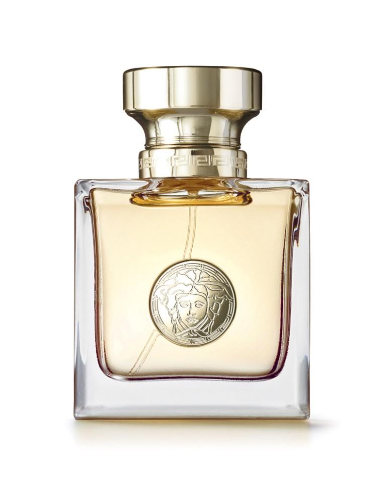 Versace Versace Парфюмерная вода 30 млVersace<br>Это аромат, который окутает вас cвежим флером цветов, которые понравятся каждой женщине. Этот классический аромат, бесценный и вечный, тем не менее можно носить в любое время дня. Он придаст законченность и гламурный шик любому наряду.<br>Мнение эксперта:<br>Я хотела создать аромат, который окутает вас свежим флером цветов… Классический аромат, который можно будет носить в любое время дня… …который придаст законченность и гламурный шик любому наряду, станет приметой собственного стиля! Аромат - последний штрих, создающий абсолютно уникальную ауру вокруг женщины. Донателла Версаче<br>Особенности состава:<br>Цветочный<br>Состав:<br>ароматическая композиция, дистиллированная вода, бутилфенилметилпропиналь, гидроксиизогексил 3-циклогексен карбоксалдегид, альфа-изометил йонон, гексилциннамал, линалул, этилгексилметоксицинамат, цитронелол, гераниол, этилгексилсалицилат, бутилметоксидибензолметан, C.I. 15985 (желтый 6), C.I. 42090 (голубой 1), этиловый спирт<br><br>Вес г: 181<br>Бренд : Versace<br>Объем мл: 30<br>Возраст : 14+<br>Страна производитель : Италия<br>Вид Аромата : Цветочный<br>Шлейф : Атласский кедр, Кашемировое дерево, Ветивер, Муску<br>Верхняя Нота : Капли росы, Гуава, Ледяные нотки черной смородин<br>Верхняя Нота : Капли росы, Гуава, Ледяные нотки черной смородин