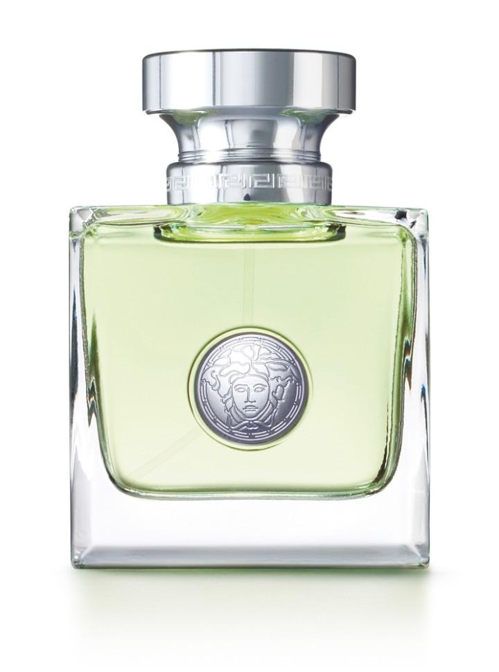 Versace Versense Туалетная вода 50млVersace<br>Этот аромат великолепно сочетает в себе свежесть и чувственность. И даже название аромата обещает чувственное наслаждение. Цвет аромата ассоциируется с природой, ощущением бескрайней свободы, живительной энергии и гармонии чувств. Этот свежий и опьяняющий аромат словно создан самой природой специально для женщины, уверенной в себе, энергичной и чувственной<br>Мнение эксперта:<br>Versense - это изысканный, современный аромат, объединяющий в себе дух Средиземноморья с гламурной чувственностью женщины в стиле Versace. Versense - подлинное олицетворение ароматов, которые я люблю и которые близки моему сердцу. Донателла Версаче<br>Особенности состава:<br>Цветочный древесный<br>Состав:<br>ароматическая композиция, лимонен, гидроксигексил 3 циклогексен карбоксадегил, бутилфенилметилпропиналь, альфа-изометил йонон, гексилциннамал, дистиллированная вода, линалул, этилгексилметоксицинамат, цитронелол, гераниол, этилгексилсалицилат, бутилметоксидибензолметан, C.I. 19140 (желтый 6), C.I. 42090 (голубой 1), этиловый спирт<br><br>Вес г: 260<br>Бренд : Versace<br>Объем мл: 50<br>Возраст : 14+<br>Страна производитель : Италия<br>Вид Аромата : Цветочный, древесный<br>Шлейф : Сандал, Кедр, Оливковое дерево, Мускус<br>Верхняя Нота : Бергамот, Зеленый мандарин, Опунция<br>Верхняя Нота : Бергамот, Зеленый мандарин, Опунция