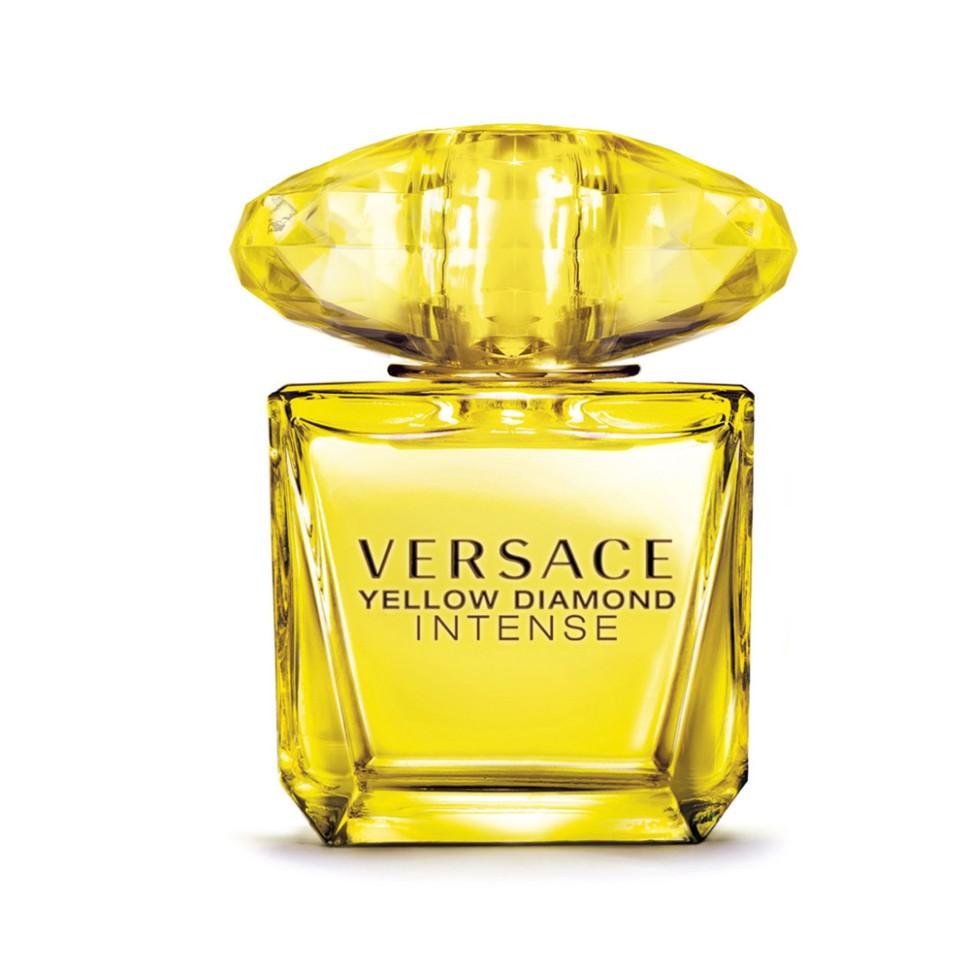 Versace Yellow Diamond Intense Парфюмированная вода 30 мл спрейVersace<br>Это более глубокая интерпретация аромата Yellow Diamond, абсолютная концентрация энергии, света, чистоты и прозрачности. Волшебное тёплое прикосновение солнечных лучей к вашей коже и пьянящая нега летнего заката. Чистая чувственность, чистая прозрачность, чистый свет, словно драгоценность редкой красоты в свежем и ярком цветочном аромате. Пленительный и волнующий аромат для истинной женственности, уверенной в своем шарме, гармонирует с безошибочно узнаваемым роскошным и блестящим стилем Versace.<br>Мнение эксперта:<br>Я питаю особую страсть к желтым бриллиантам, поэтому Yellow Diamond Intense особенно близок мне. Драгоценный и яркий, таинственный и соблазнительный, этот аромат, словно сияние желтого бриллианта, навсегда очарует Вас. Донателла Версаче<br>Особенности состава:<br>Цветочный фруктовый древесный<br>Состав:<br>ароматическая композиция, дистиллированная вода, лимонен, линалул, этилгексил метаксицинамат, альфа-изометил ионон, бензил салицилат, цитронелол, гераниол, этилгексил салицилат, бутил метоксидибензолметан, гексил цинамал, цитраль, фарнезол, бензилэтанол, бензилбензоат, этиловый спирт<br><br>Вес г: 173<br>Бренд : Versace<br>Объем мл: 30<br>Возраст : 14+<br>Страна производитель : Италия<br>Вид Аромата : Цветочный, фруктовый, древесный<br>Шлейф : Амбровое дерево, Древесина пало санто, Мускус, Бен<br>Верхняя Нота : Лимон из Диаманте, Бергамот, Грушевый сорбет, Неро<br>Верхняя Нота : Лимон из Диаманте, Бергамот, Грушевый сорбет, Неро